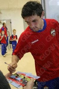 Юрий раздает автографы