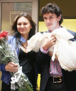 Юрий Жирков забирает жену из роддома